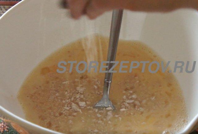 Добавление дрожжей в тесто для куличей