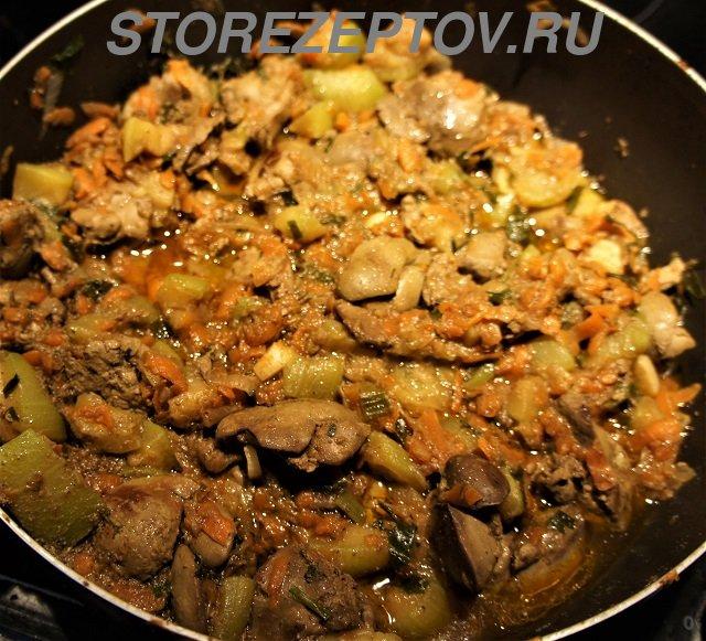 Приготовленные на сковородке кабачки с куриной печенью