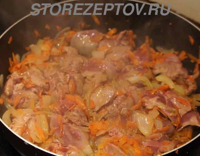 Тушение на сковороде куриной печени с кабачками