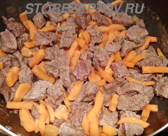 Пассировка мяса с морковкой