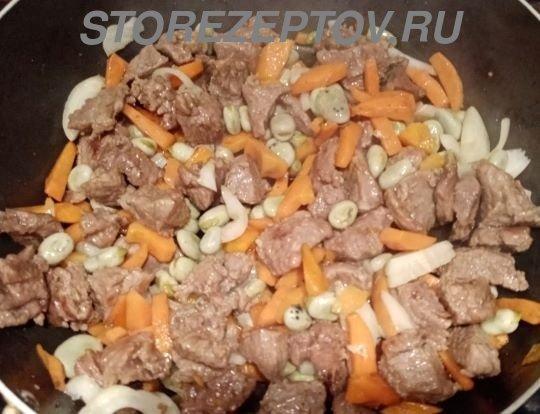 Добавление к мясу лука и бобов