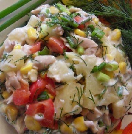 Салат с курицей, ананасами, кукурузой