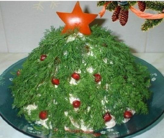 Новогодняя елка из укропа и зерен граната