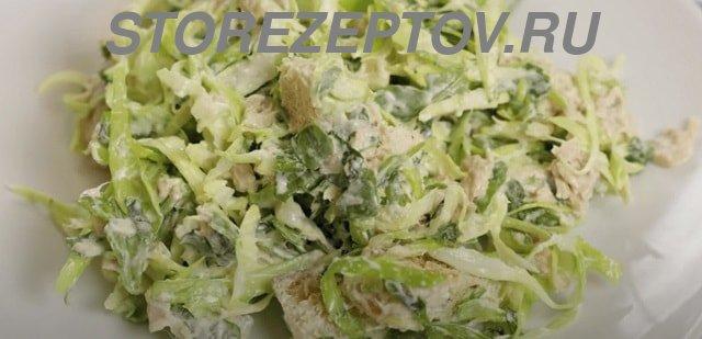 Салат из капусты, сухариков и тунца