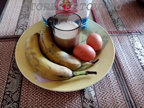Ингредиенты для блинов с бананами, молоком, яиц