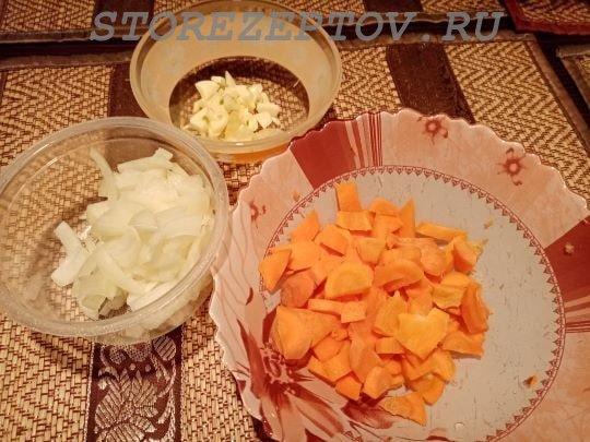 Нарезанные овощи: морковь, лук, чеснок