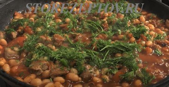 Посыпка зеленью мяса с фасолью