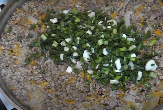 Добавление к гречке с тушенкой лука