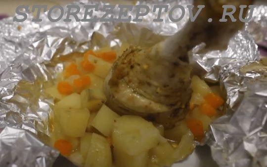 Запеченные в духовке в фольге куриные голени с овощами