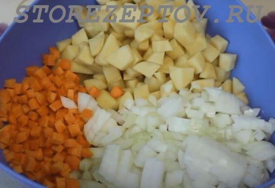 Овощи, нарезанные для запекания в фольге с голенью
