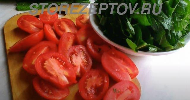 Листья хрена и томаты для приготовления зимнего соуса